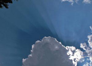 Ein bild mit blauem Himmel und Wölkchen